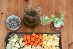 Skivade grönsaker som är klara för att baka Arkivfoton