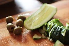 Skivade gurka och oliv Arkivfoton