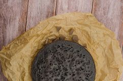 Skivade hemlagade nissen på den vita plattan Tjänat som på den vita plattan för rektangel Favorit- chokladefterrätt för chokladvä fotografering för bildbyråer