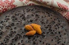 Skivade hemlagade nissen på den vita plattan Tjänat som på den vita plattan för rektangel Favorit- chokladefterrätt för chokladvä royaltyfria foton