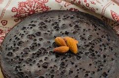 Skivade hemlagade nissen på den vita plattan Tjänat som på den vita plattan för rektangel Favorit- chokladefterrätt för chokladvä arkivbilder