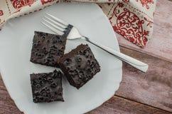 Skivade hemlagade nissen på den vita plattan Tjänat som på den vita plattan för rektangel Favorit- chokladefterrätt för chokladvä arkivfoton