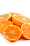 skivade isolerade apelsiner Arkivfoto