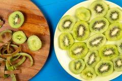Skivade Kiwi Fruit On The Plate och tr?sk?rbr?da arkivfoto