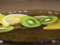 Skivade Kiwi Lemon Orange i vatten Fotografering för Bildbyråer