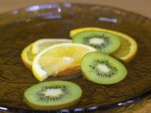 Skivade Kiwi Lemon Orange i vattnet Royaltyfria Foton