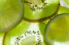 Skivade kiwi och limefrukter Arkivfoton