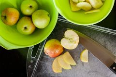 Skivade nya äpplen för att torka fotografering för bildbyråer