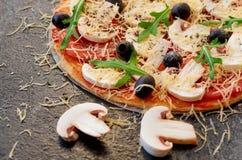 Skivade nya champinjoner på den suddiga förgrunden Precis bakad varm pizza på det svarta bakgrundsslutet upp Vegetarisk Pizza Arkivfoton