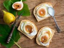Skivade nya fikonträd och yoghurt på bröd Royaltyfria Foton