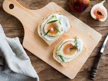 Skivade nya fikonträd och yoghurt på bröd Royaltyfri Foto