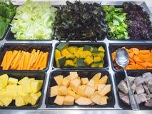 Skivade nya grönsaker för salladstång pumpamorotkål arkivbilder