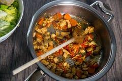Skivade nya grönsaker med kött i panna Arkivfoton