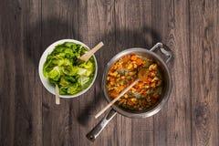 Skivade nya grönsaker med kött i panna Fotografering för Bildbyråer