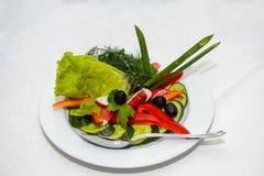 Skivade nya grönsaker på en platta Arkivfoto