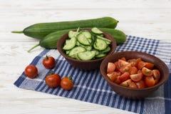Skivade nya gurkor, tomater Arkivfoton
