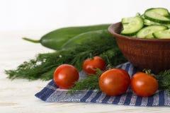 Skivade nya gurkor, tomater Royaltyfria Foton