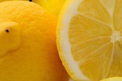 Skivade och hela citroner Arkivfoto