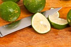 Skivade och hela limefrukter Royaltyfri Fotografi