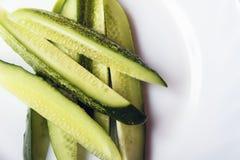 Skivade organiska ättiksgurkor på den vita plattan med utrymme för text- eller kopieringsutrymme Diet-mat för sund livsstil Top b Arkivbilder