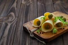 Skivade ost och gröna oliv arkivbild