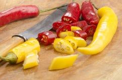 Skivade peppar för chili för ‹för †på ett träbräde Royaltyfria Foton