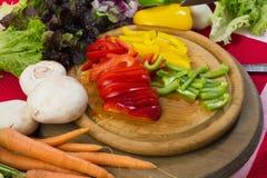 Skivade peppar och grönsaker Royaltyfri Bild