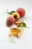 Skivade persikor royaltyfri foto