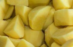 Skivade potatisar med salt Arkivbilder