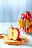 Skivade röda Apple på det wood brädet Fotografering för Bildbyråer