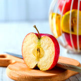Skivade röda Apple på det wood brädet Royaltyfria Bilder