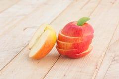 Skivade röda Apple på trätabellen Arkivbild