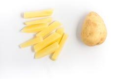 Skivade remsor för rå potatis royaltyfri bild
