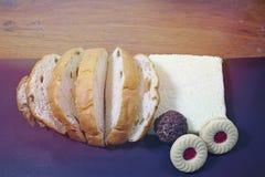Skivade russinbröd och kakor arkivbild