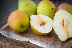 Skivade söta päron med en silverkniv Royaltyfri Foto