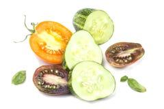Skivade saftiga mogna gurka- och tomatskivor överst Royaltyfria Bilder
