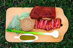 Skivade skivor av torkat kött Härlig sammansättning på ett träd royaltyfri bild