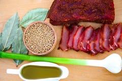 Skivade skivor av torkat kött Härlig sammansättning på ett träd fotografering för bildbyråer