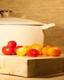 Skivade tomater på en skärbräda Royaltyfri Fotografi