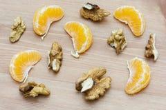 Skivade valnötter och mandariner Fotografering för Bildbyråer