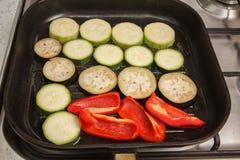 Skivade zucchini, aubergine och peppar Arkivbild