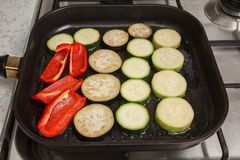 Skivade zucchini, aubergine och peppar Royaltyfri Foto