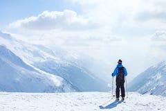 Skivakantie, het ski?en achtergrond, skiër in mooi berglandschap, de wintervakantie stock afbeeldingen
