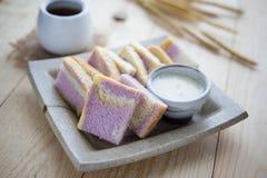 Skivan av sötpotatisbröd med mjölkar och en kopp av varmt te på t Royaltyfria Foton