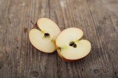 Skivar äpplen på träyttersida Arkivfoton