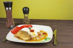 Skivastekgriskött med ris och sås Förbereda hemlagad mat Royaltyfria Foton