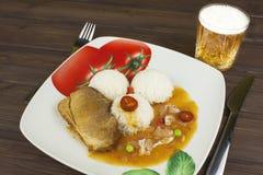 Skivastekgriskött med ris och sås Förbereda hemlagad mat Arkivfoto