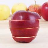 Skivat äpple på den wood tabellen royaltyfri foto