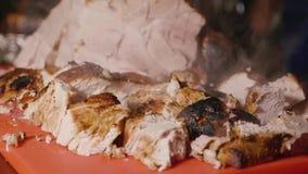Skivat ånga grillat kött för ferietabellen stock video