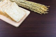 Skivat bröd för helt vete på att hugga av trä Arkivbild